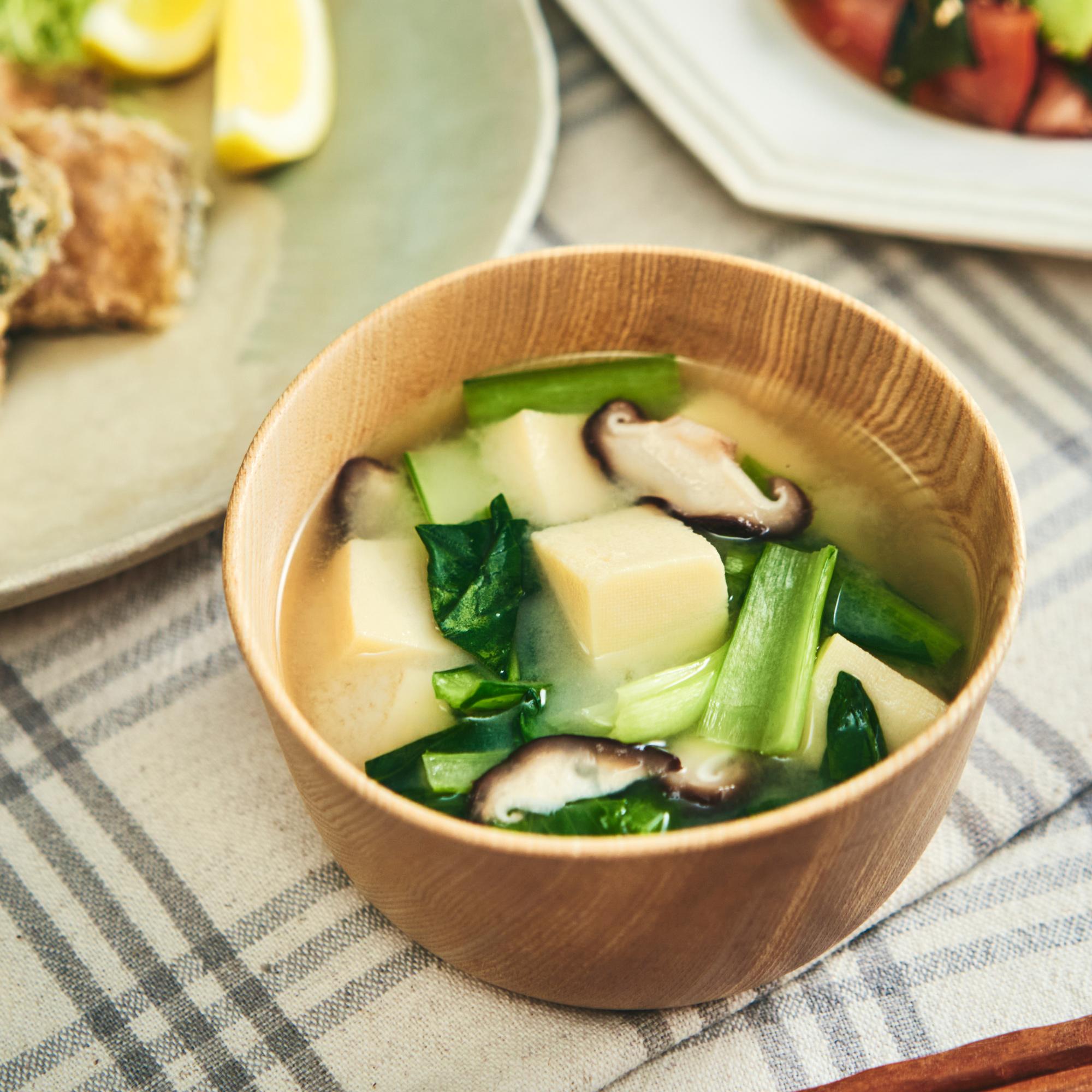 白味噌で減塩対策♪小松菜と高野豆腐の味噌汁